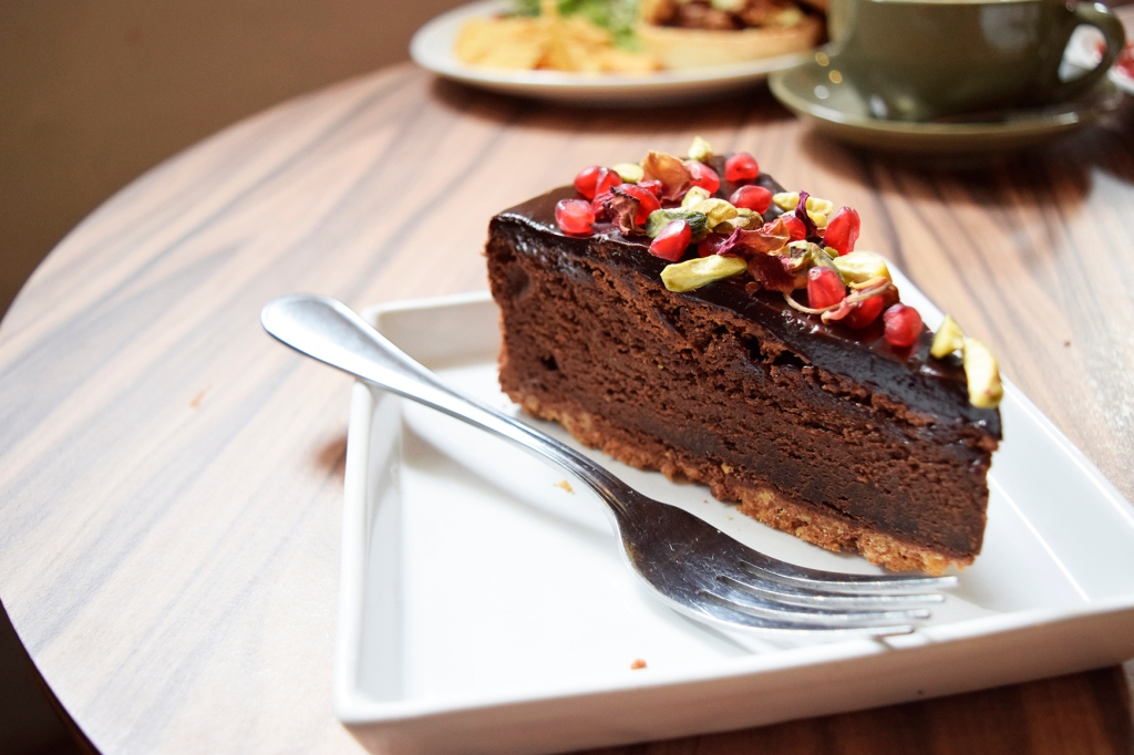Chocolate Pomegranate Pistachio ($8.50) This was one of the cakes that caught my eye while I was browsing the dessert counter. I've been a fan of pomegranate cakes ever since I had the one at Laman's Delights @ PasarBella. This was pretty good, though I felt that the texture of the cake was more towards that of a brownie rather than a cake. Nothing wrong with that, but you guys know me - (For those who don't, I prefer cakes with a higher cream-to-cake ratio.)